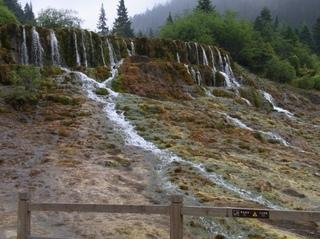 迎賓池の上の滝.JPG